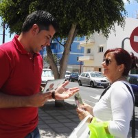 Los socialistas Taishet Fuentes e Iñaqui Lavandera piden el voto en la zona comercial de León y Castillo