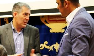 Fernando Clavijo y Blas Acosta conversando durante la firma de fondos fdcan