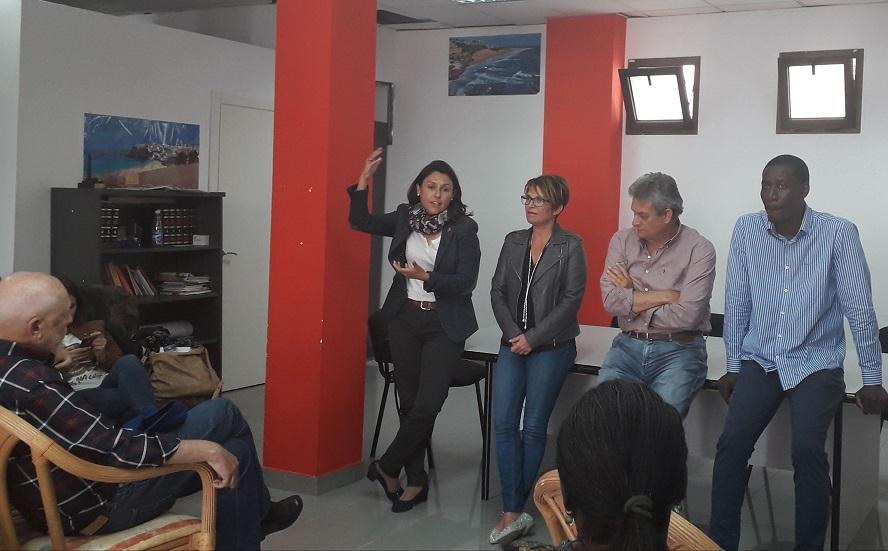 Paloma Hernández, candidata al Senado por el PSOE Fuerteventura, escucha las demandas de la población migrante que reside en la isla.